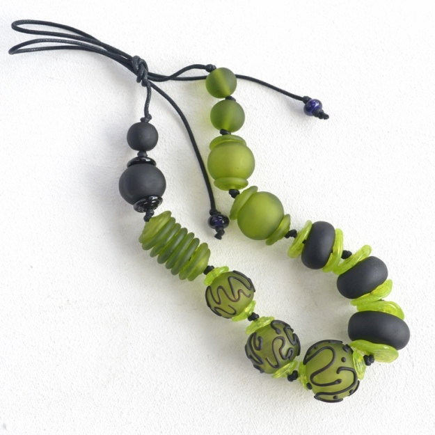 2375 Black and green hollows necklace 1